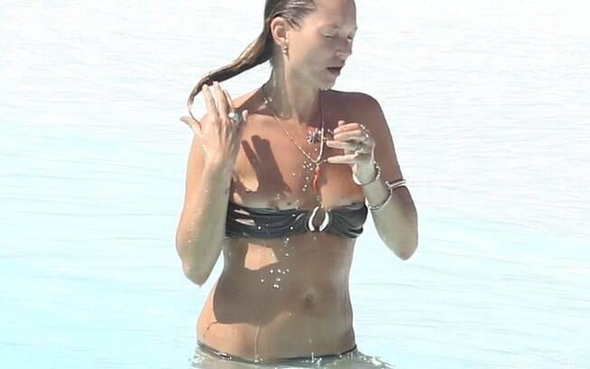 Kate Moss na piscina do hotel Fasano