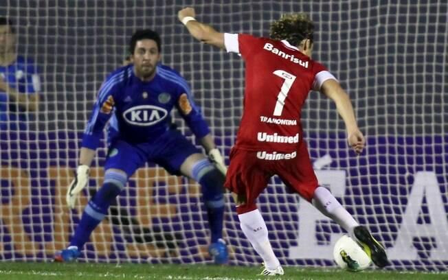 Forlán arremata contra o gol do goleiro Bruno  no primeiro tempo do jogo