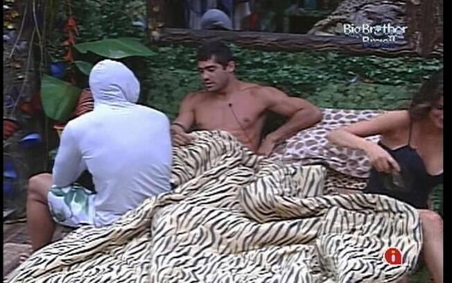 Laisa sai de perto quando Yuri começa a falar mal de Kelly e João Carvallho para Ronaldo
