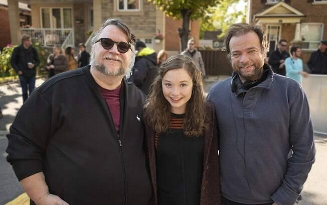 Guillermo del Toro tira foto com a equipe de