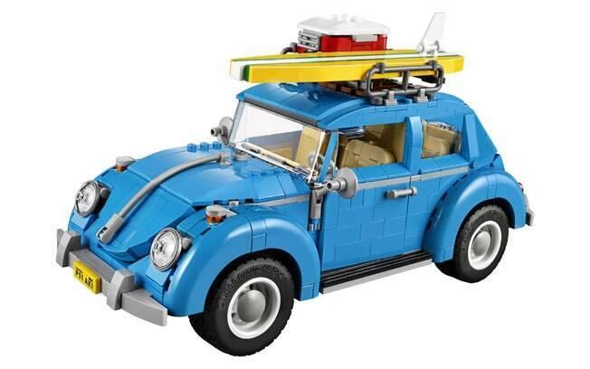 O kit de Lego do Volkswagen Fusca vem até com prancha de surfe e geladeira de praia, para aproveitar a fama de carro de surfista.