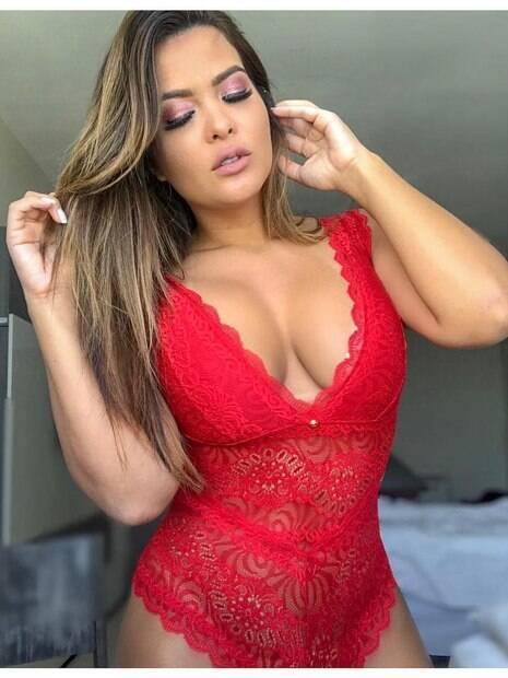 Geisy Arruda posa com lingerie vermelha e enlouquece os fãs