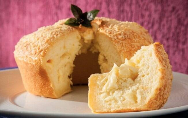 Bolo de pão de queijo leva provolone na massa e fica com uma casquinha crocante