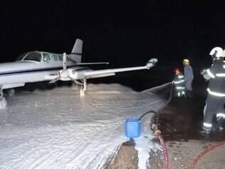 Após vazamento de combustível, Corpo de Bombeiros precisou limpar a pista de pouso com espuma para evitar incêndios