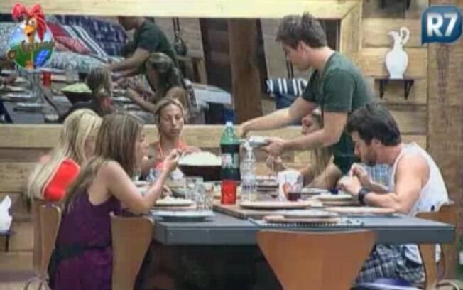 Peões sentam para comer e aproveitam para conversar