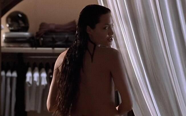 Angelina Jolie sem roupa em cena do primeiro