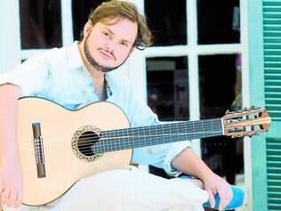 Pai de dois filhos, o músico gaúcho tem preferido organizar, no reduto caseiro, reuniões com amigos, nas quais o choro dita o ritmo
