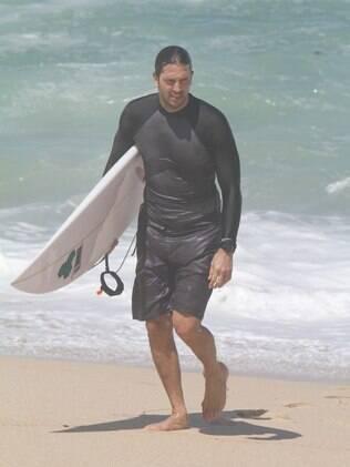Na lista de atores que adoram surf, Vladimir Brichta mostra habilidade no esporte