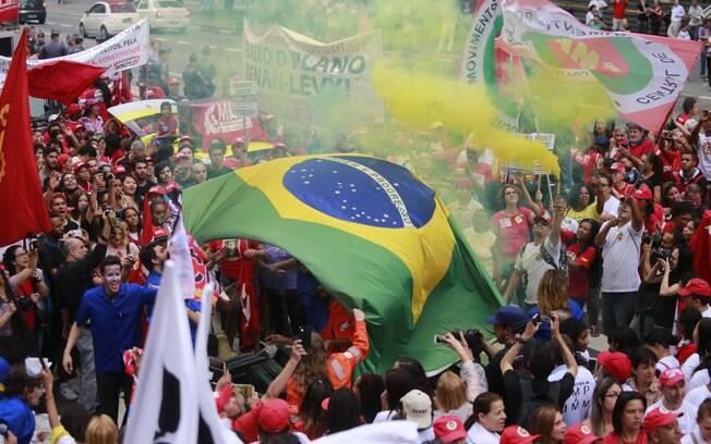 Em ato em SP, manifestantes levam bandeira do Brasil para defender a democracia. Foto: Paulo Pinto/ Agência PT - 3.10.15
