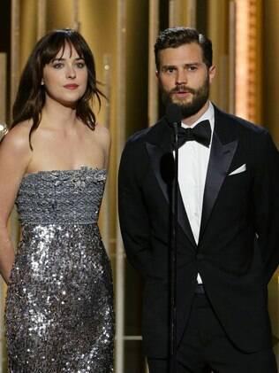 Dakota Johnson e Jamie Dornan, estrelas do filme 'Cinquenta Tons de Cinza', apresentam prêmio no Globo de Ouro