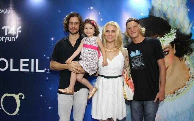 Letícia Spiller com a família em espetáculo do Cirque du Soleil