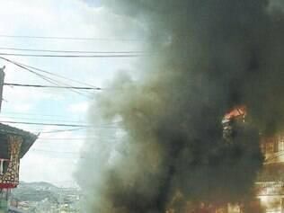 Justiça.  Em protesto, população ateou fogo a pneus, fechando via