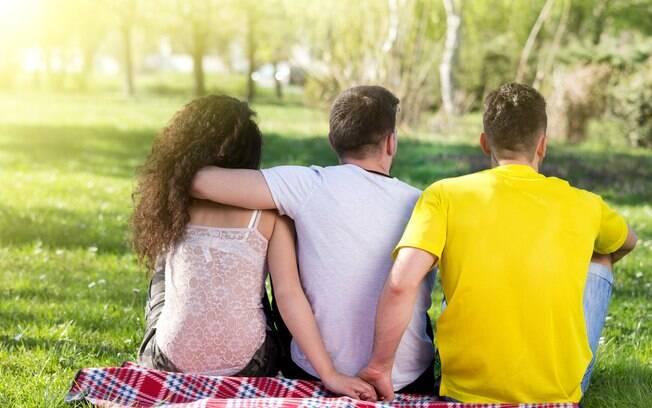 Falta de conhecimento ou reconhecimento do amor poligâmico faz com que pessoas encarem relacionamento com traição