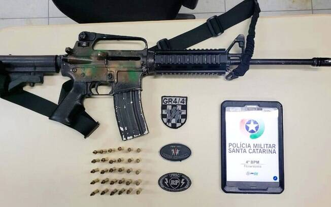 Fuzil AR-15, com 30 projéteis, apreendido pela Polícia Militar do Estado de Santa Catarina. O criminoso, que portava esta arma de combate, foi preso e solto no mesmo dia durante audiência de custódia.