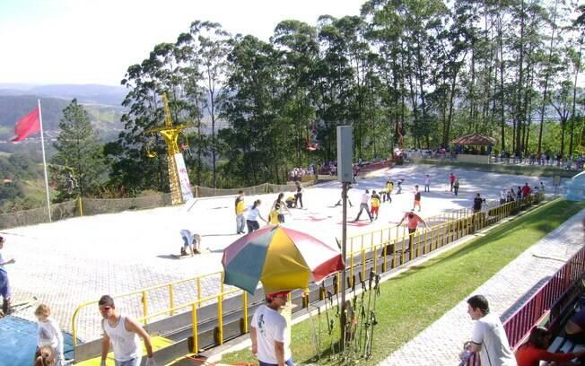 Em São Roque crianças e adultos podem esquiar em pista artificial