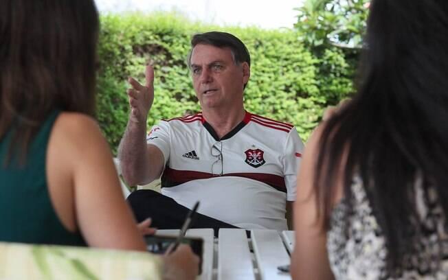 Bolsonaro com camisa de clube de futebol: o presidente insiste em fazer movimentos inesperados