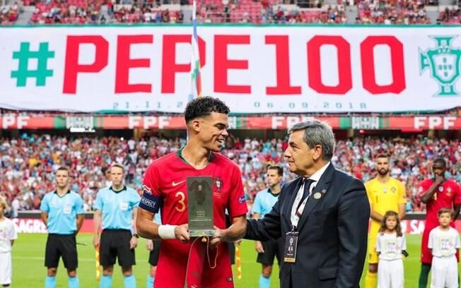 Zagueiro Pepe foi homenageado por fazer 100 jogos por Portugal
