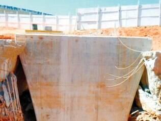 Pilar. Foto mostra o bloco rompido e as estacas inclinadas com o pilar do viaduto que afundou
