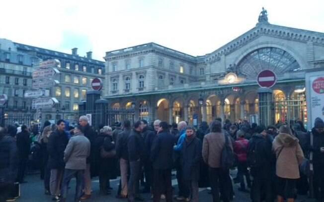 Multidão é vista do lado de fora de estação de trem após ameaça de bomba em Paris
