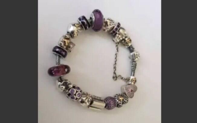 Detalhes da pulseira que a mulher quer vender depois de descobrir traição do marido
