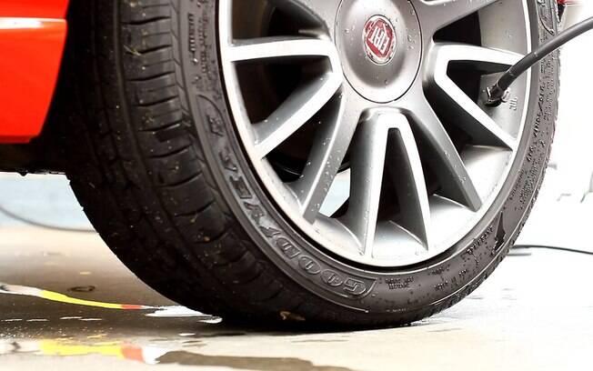 Um dos cuidados com os pneus mais esquecidos é mantê-los na calibragem correta. Verifique a pressão semanalmente e calibre de acordo com o valor indicado no manual.