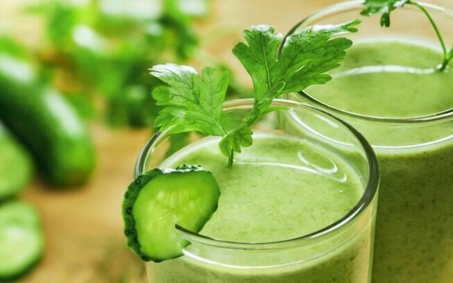 Suco verde e dieta detox não fazem milagre para o corpo