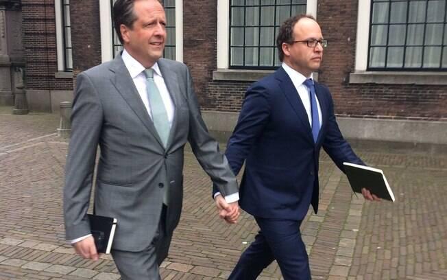 Homens da Holanda andam de mãos dadas como protesto
