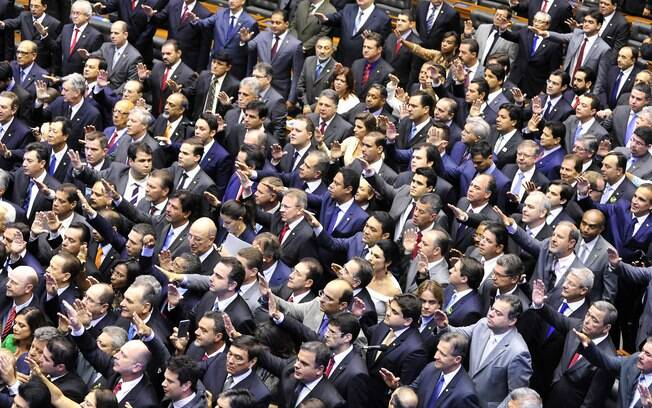 Deputados prestam juramento na Câmara, neste domingo (1º), início da nova legislatura