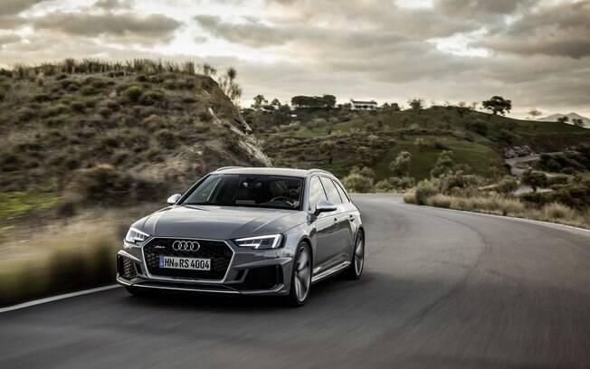 Audi RS4 passa a contar com desenho mais arrojado e novo conjunto mecânico poderoso, com 450 cv e 8 marchas