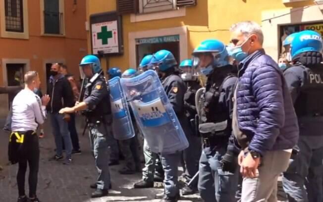 Houve confronto com os policiais de Roma durante o protesto