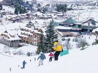 Mesmo quem nunca viu neve pode se aventurar no esqui após algumas aulas