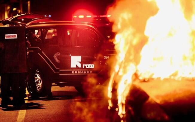 Com a rua bloqueada pelo carro bomba incendiando, Equipe de ROTA desembarca da viatura e procede a pé