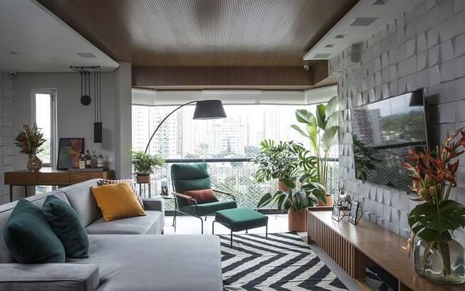 O tapete deixa o ambiente mais confortável e aconchegante e, nesse caso, a peça traz as linhas mais amplas e espaçadas