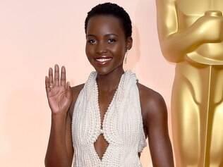 Lupita Nyong'o durante sessão de fotos no tapete vermelho da cerimônia do Oscar 2015
