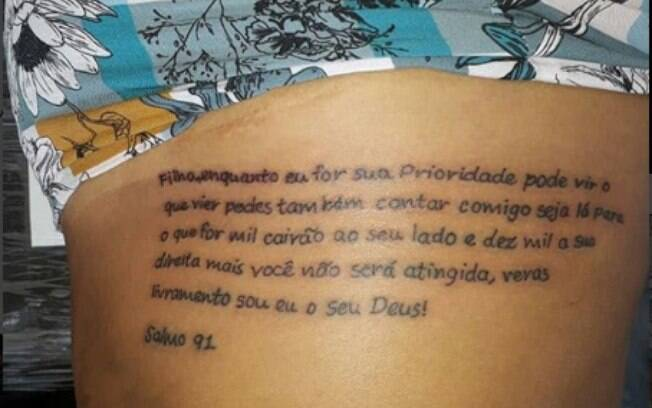 Tati Quebra Barraco tatuou um texto bíblico nas costelas, mas um erro de português chamou mais atenção