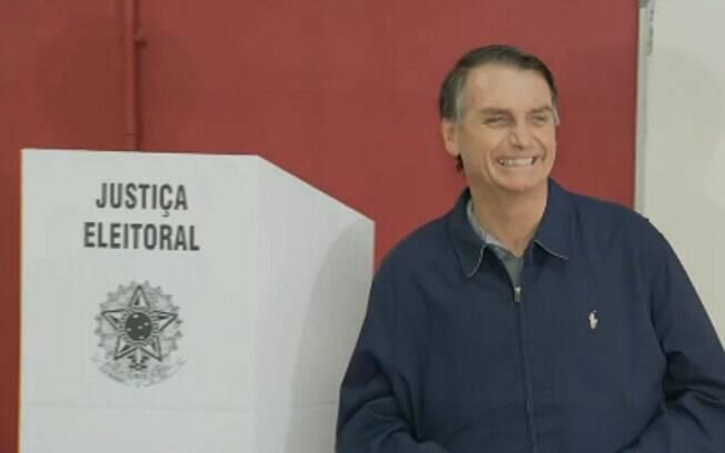 Jair Bolsonaro vota no Rio e afirma a jornalistas que acredita que o pleito se acabará já no primeiro turno, com sua vitória