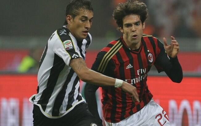 Kaká disputa lance com Pereyra, da Udinese