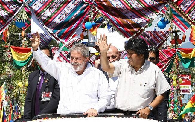Presidente Lula é recebido por Evo Morales na Bolívia em 2010, depois da nacionalização de uma instalação da Petrobras no país vizinho