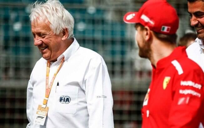 Charlie Whiting conversa com Vettel antes de uma prova da Fórmula 1