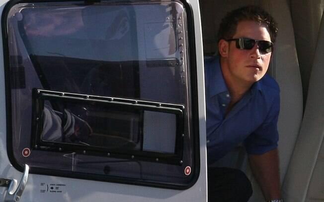O príncipe britânico Harry desce de helicóptero no Heliporto da Lagoa, após sobrevoar o Rio de Janeiro