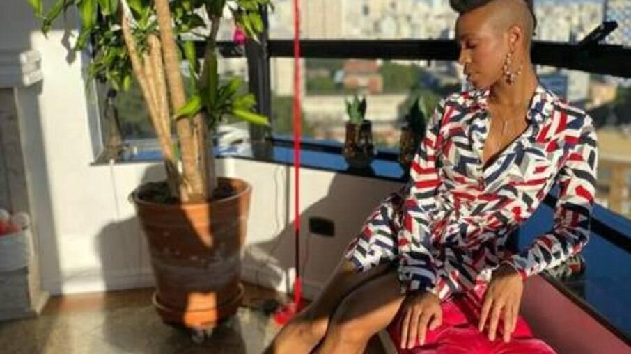 Karol Conká posa em seu apartamento de luxo