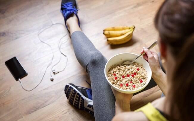 O melhor caminho para combinar alimentação e exercícios é procurar um especialista para montar uma dieta personalizada