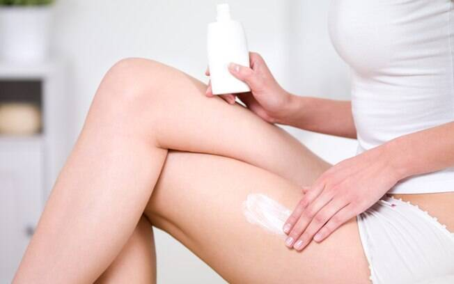 Hidratar a pele ajuda a manter o bronzeado