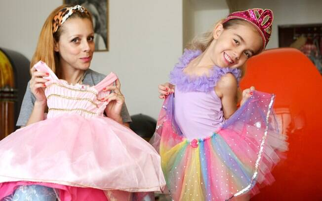 Sofia e a mãe, Anna, com fantasias da menina: pais devem ser parceiros na transição entre o real e o imaginário