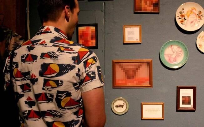 A exposição reúne centenas de fotos de pênis intercaladas com comentários invasivos encaminhados junto das imagens