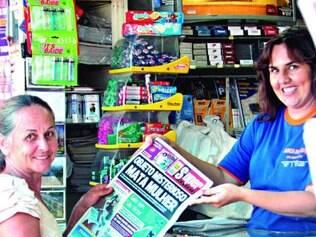 Leia Aguiar (à esq.) compra o jornal todos os dias na esperança de ter notícia dos filhos