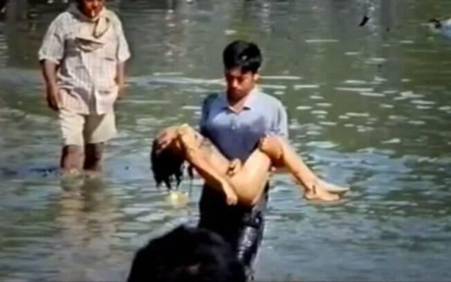 Criança desacordada é retirada da água após tsunami atingir Aceh, Indonésia (arquivo). Foto: Reprodução/Youtube