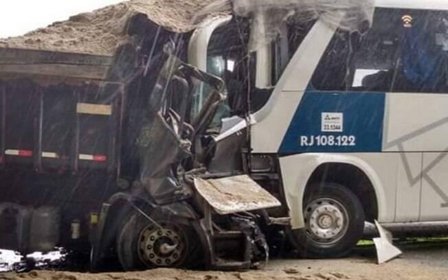 Nas imagens, é possível ver o estado em que os dois veículos ficaram após a colisão frontal