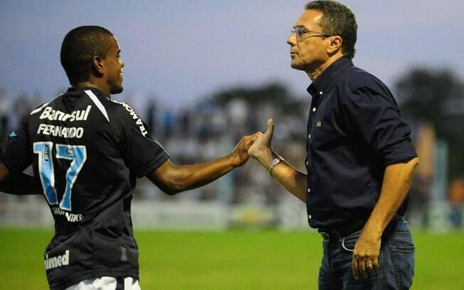 Fernando conversa com o técnico Vanderlei  Luxemburgo