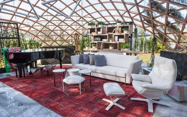 A arquiteta Camila Klein é a responsável pela criação do ambiente Garage Lounge Renault. Com 50 m², o espaço tem estrutura de madeira moldada
